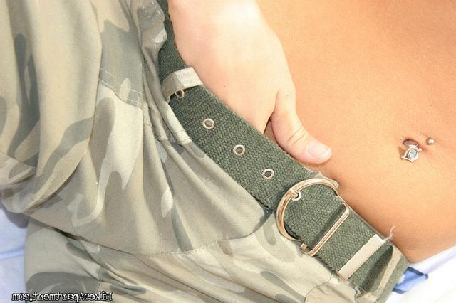 Солдатка Изящна мастурбирует от возбуждения смотреть эротику