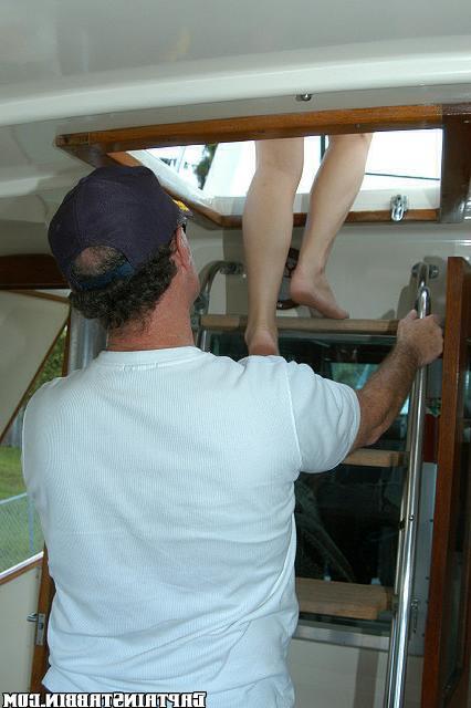 Моряки лишают телочку девственности