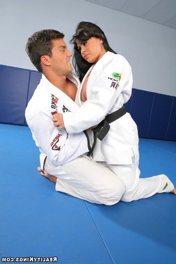 Сексапильный тренер каратэ