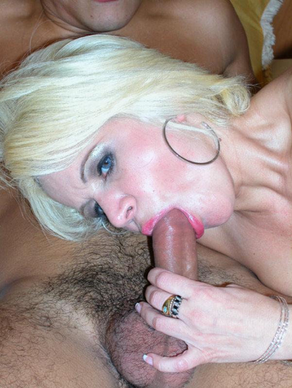 Пышногрудая старуха долбиться в анус в номере секс фото