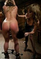 Лесбиянка шлепает ремнем по заднице связанную сучку 5 фотография