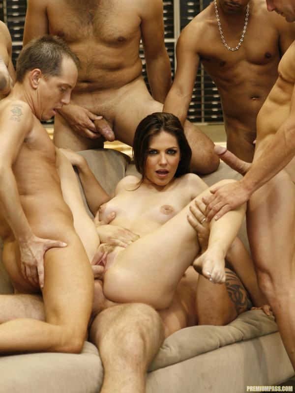 Молодая проститутка удовлетворила сразу нескольких парней