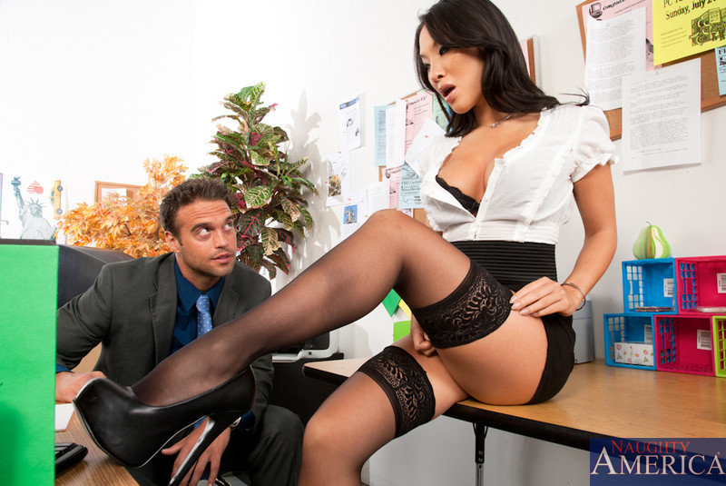 Узкоглазая бухгалтерша сношается с начальником в офисе