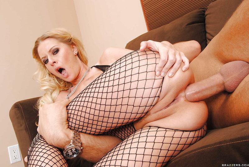 Вставил в жопу симпатичной блондиночки громадный член секс фото