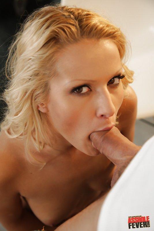 Блондинка любит секс в жопу и свежую мужскую сперму