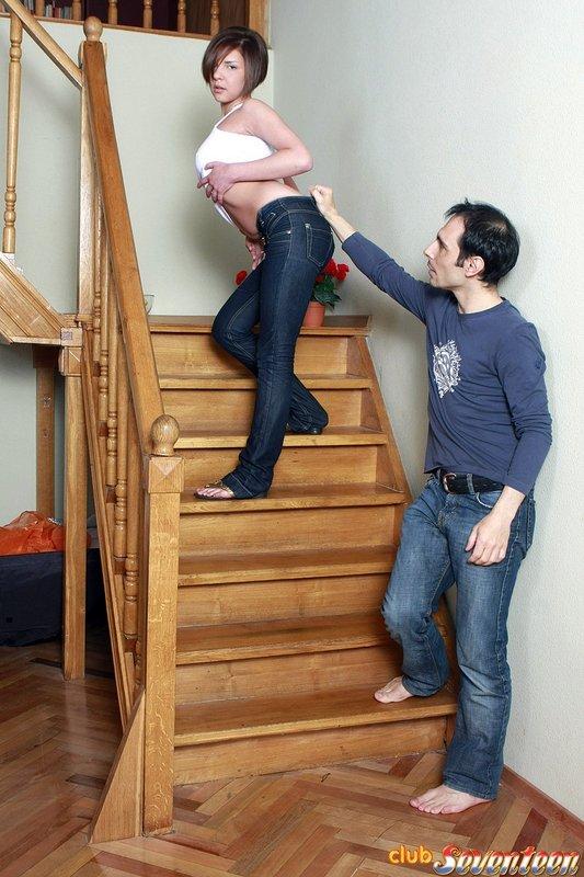 Чистая фотомодель отдалась трахарю на лестнице