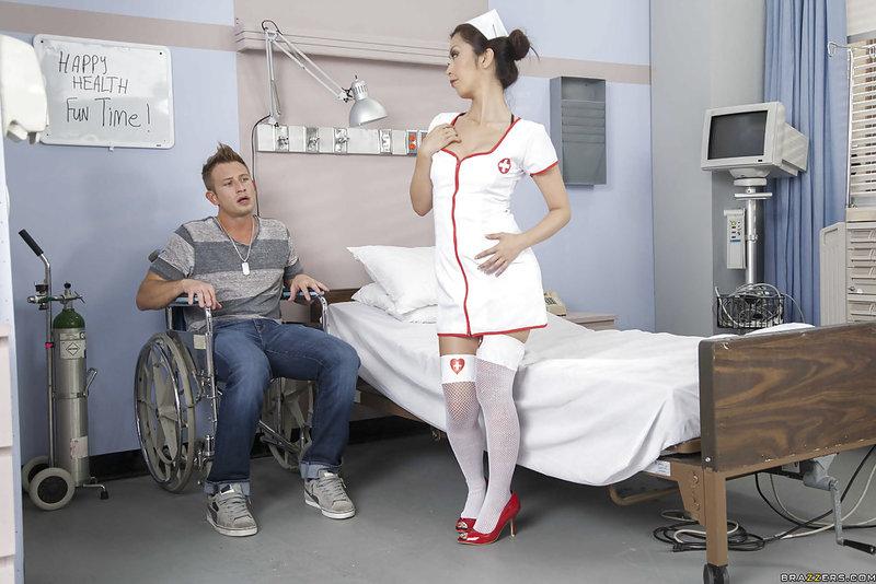 Раскосая медсестра исцелила парня минетом и сексом