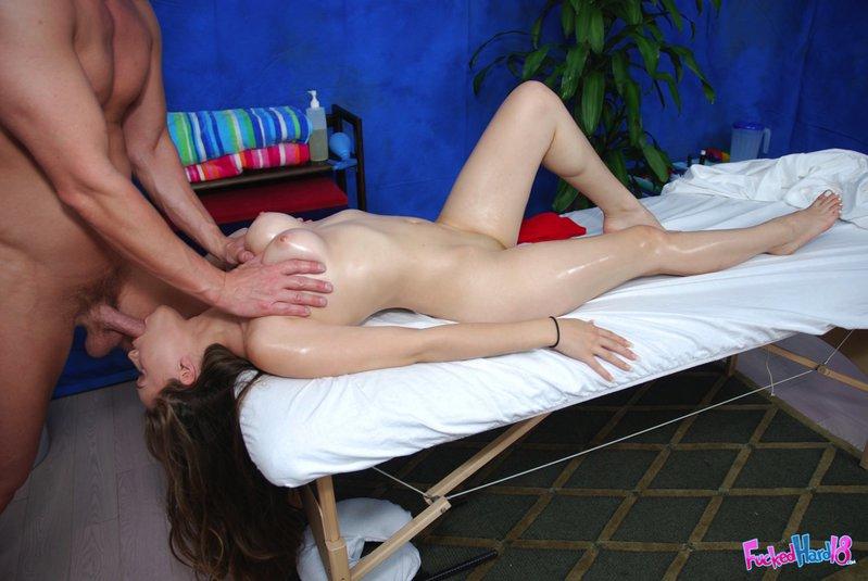 Массажист жарит сучку в массажном кабинете