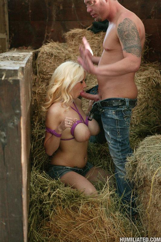 Покорная блондинка желает быть связанной в сарае