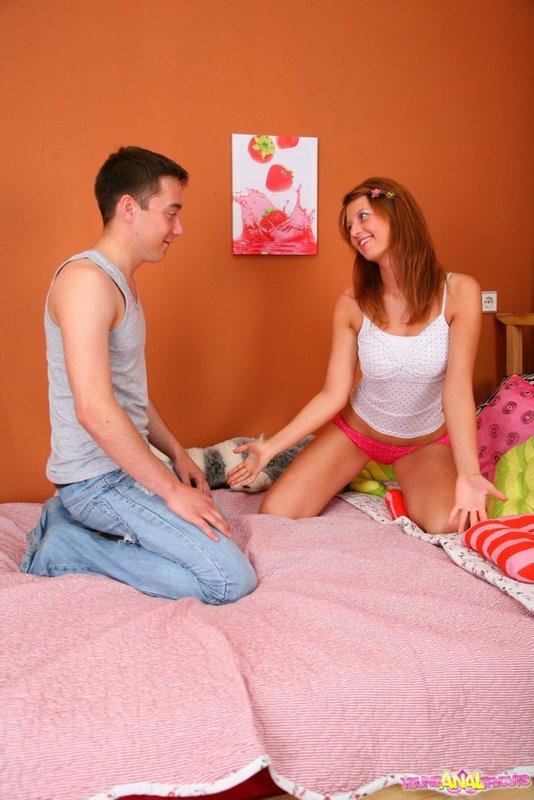 Сучка занимается анальным сексом в своей комнате