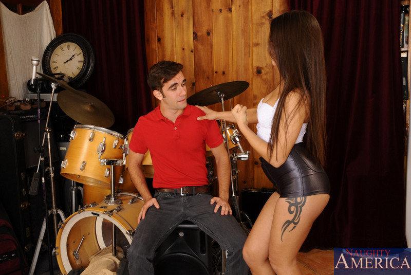 Барабанщик жарит проститутку в квартире для репетиций