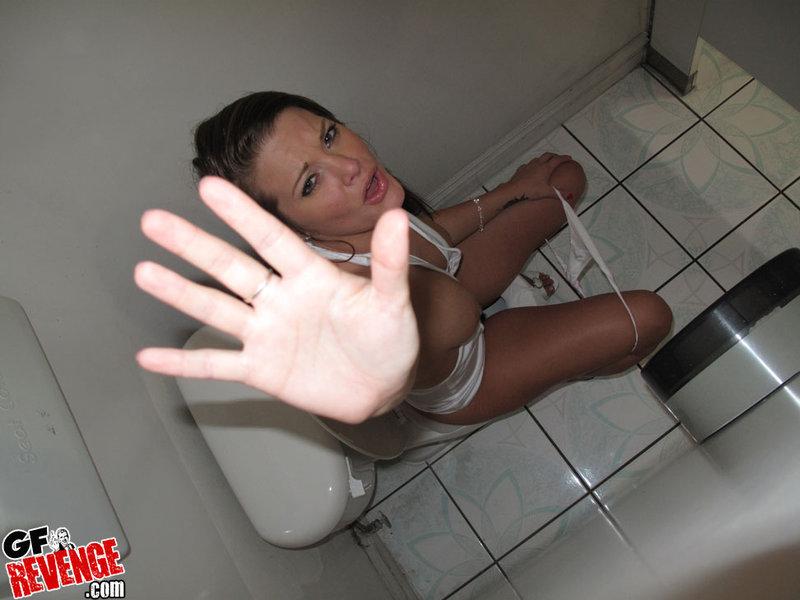 Юнец жарит стерву стоящую раком в туалете смотреть эротику