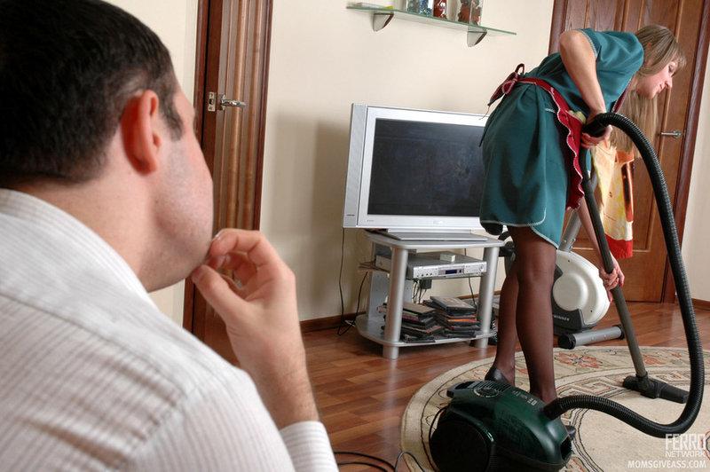 Мужик трахает домработницу в анал на полу