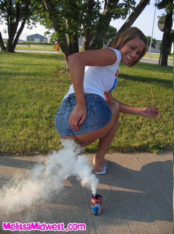 Леди в общественных местах порет себя фейерверками