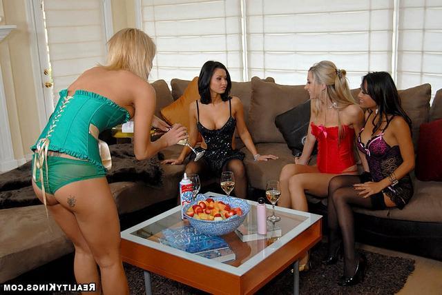 Лесбийская вечеринка
