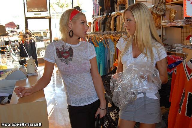 Лесбиянки совратили продавщицу