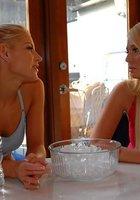 Лесбиянки в спорт-клубе 4 фотография