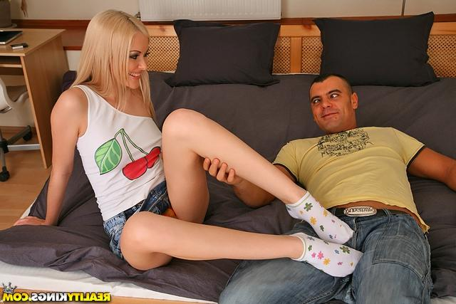 Возбудила ножками
