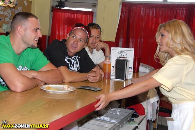 С официантками в кафе