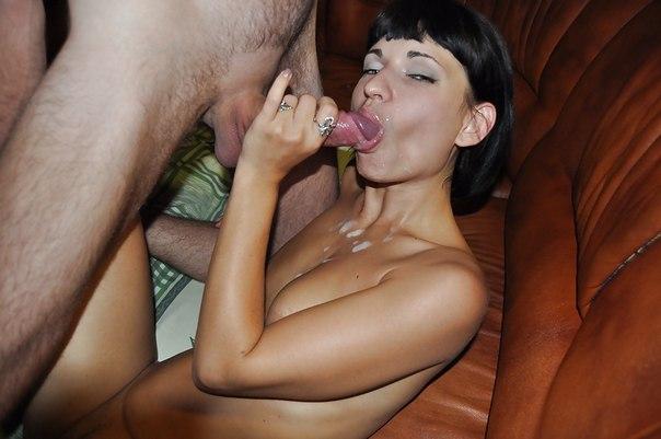 Игривая Ирочка показывает вагину на бильярде в сауне