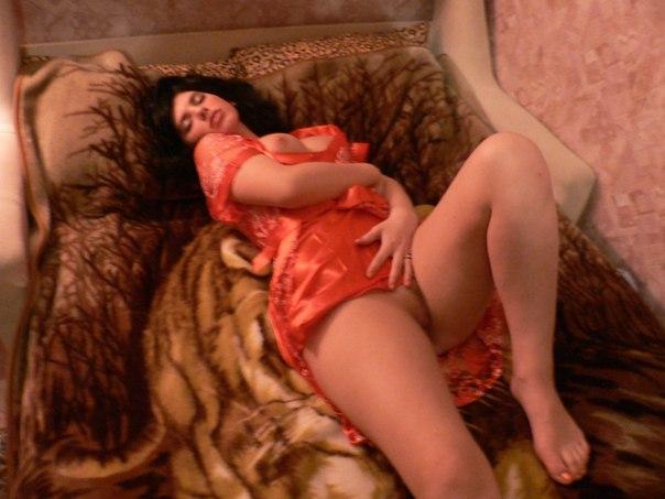 Танцовщица восточных танцев обнажает дойки на постели
