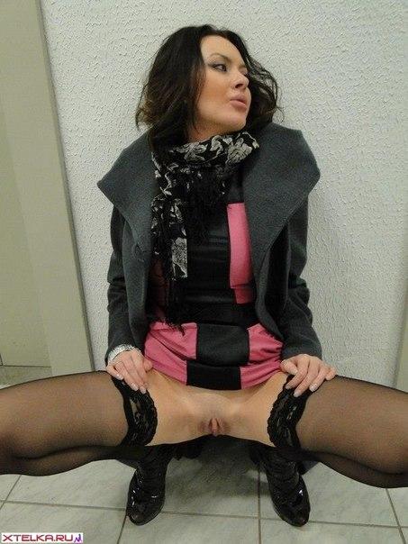 Озабоченная брюнеточка показала киску задрав юбку