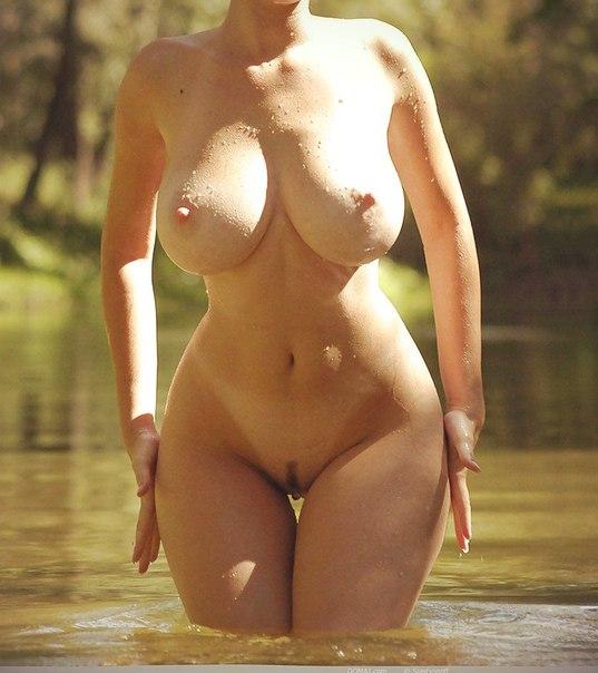 Взрослая мадам обнажила крупные бидоны смотреть эротику