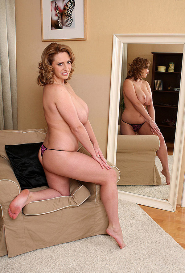 Зрелая жируха блистает большим бюстом на кресле