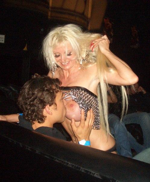 Гулящая блондинка с крупным бюстом зажигает на тусовках
