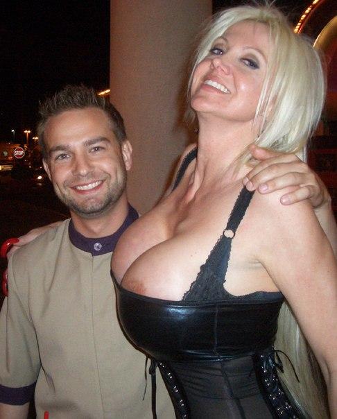 Гулящая блондиночка с большими буферами зажигает на тусовках смотреть эротику