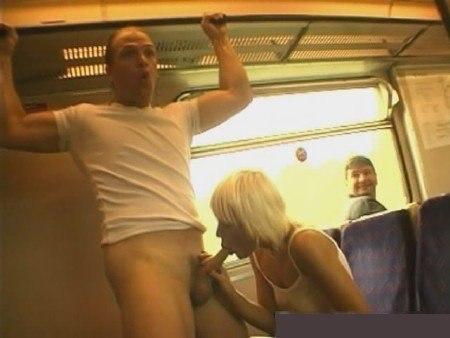 Грешница светит мандой путешествуя в поезде