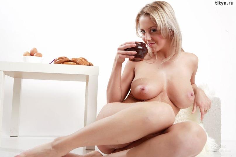 Менди Ди поливает раздетую вагину свежим молоком