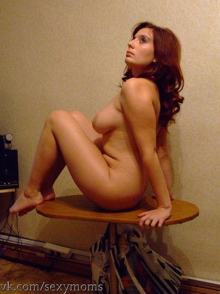 Возрастная светлая порноактриса с громадными грудями и бритой писькой забавляется