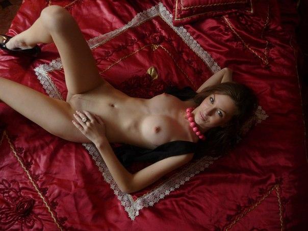 Леся развлекает соседа своим голым туловищем