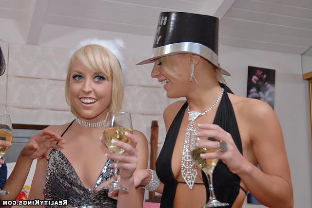 Новогоднее лесби-шоу