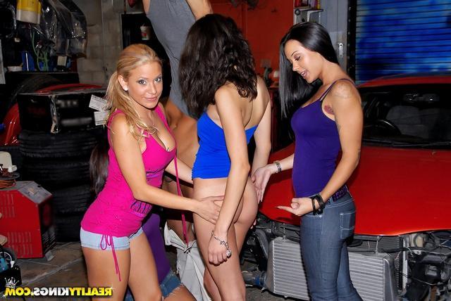Толпа проституток и огромный хер