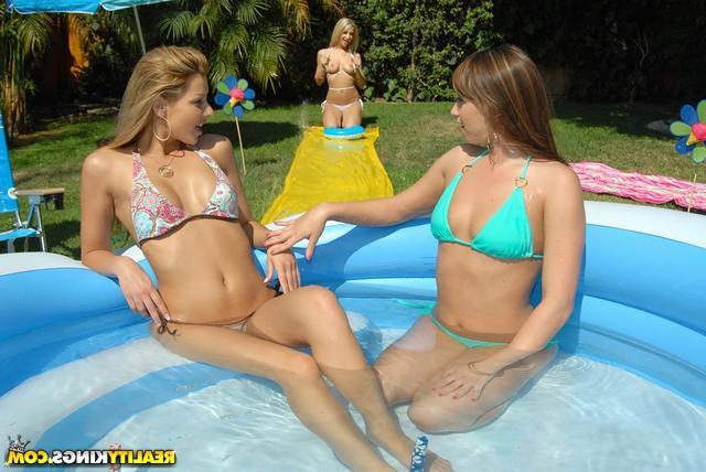 В бассейне с подругами