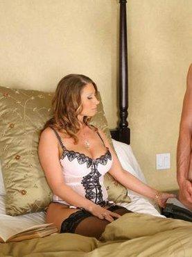 Сексуальная мамочка с другом сына
