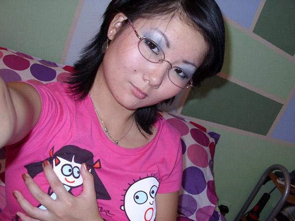 Азиатка в очках сфоткала груди