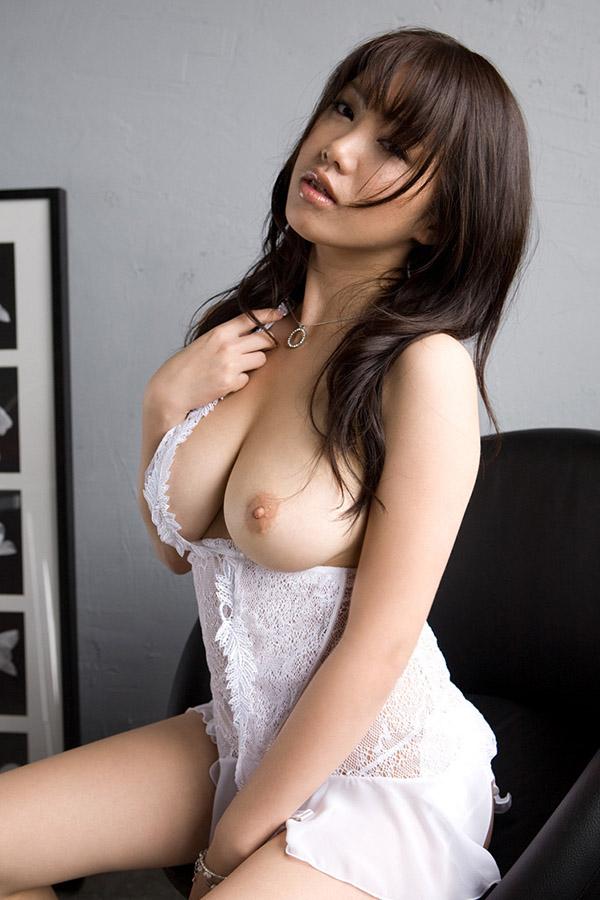 Азиатка показывает аппетитные сиськи