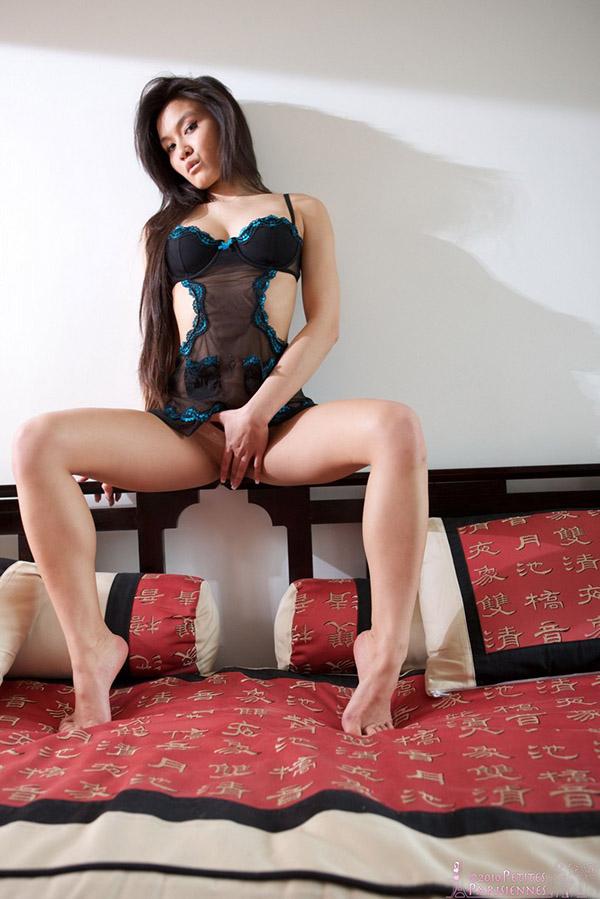 Длинноногая азиатка в нижнем белье и без него