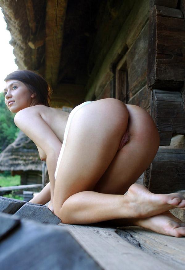 Деревенская девушка не носит трусы