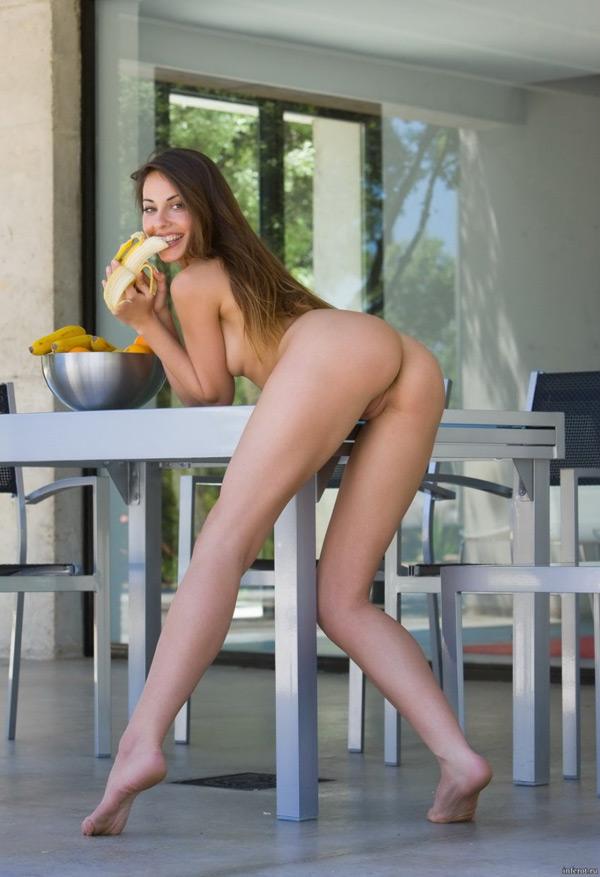 Раздетая тётя с бананом