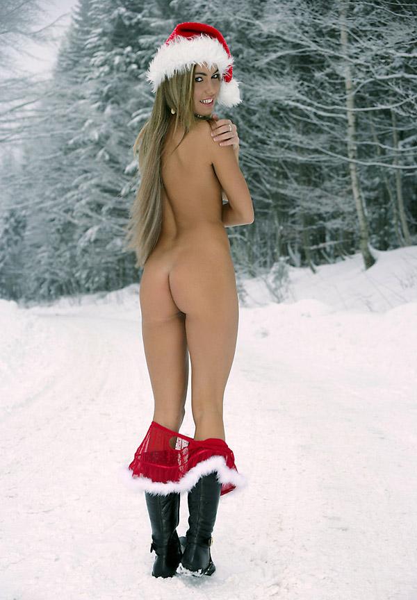 Голая снегурочка на морозе ловит тачку