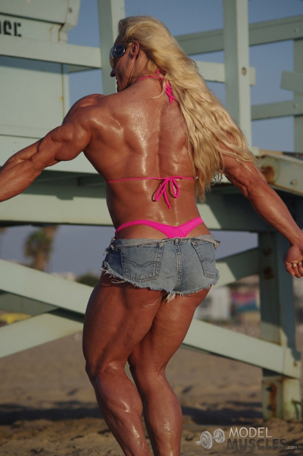 Мощная культуристка в розовом бикини