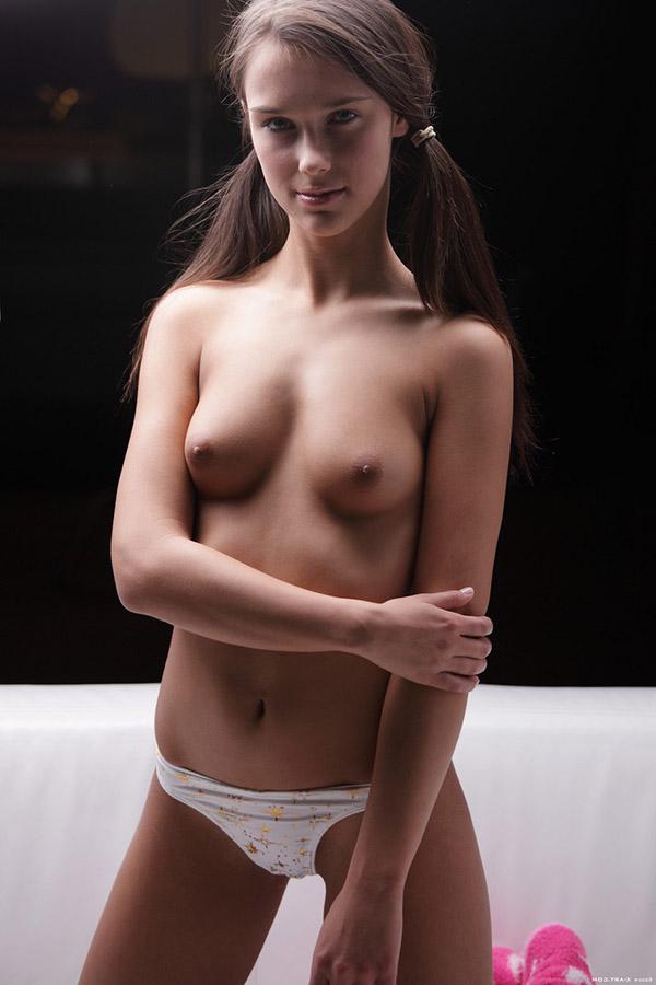 Молодая красивая девушка показала тело