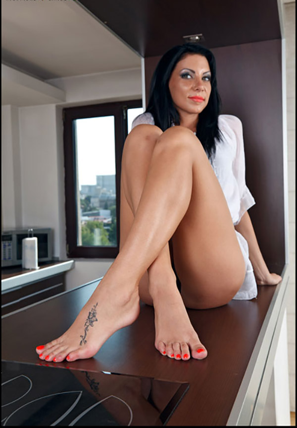 Длинные ножки брюнеточки с хорошим педикюром