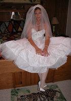 Старуха в наряде невесты показывает сиськи и киску 1 фотография
