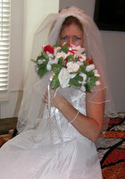 Старуха в наряде невесты показывает сиськи и киску 2 фотография