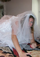 Старуха в наряде невесты показывает сиськи и киску 3 фотография